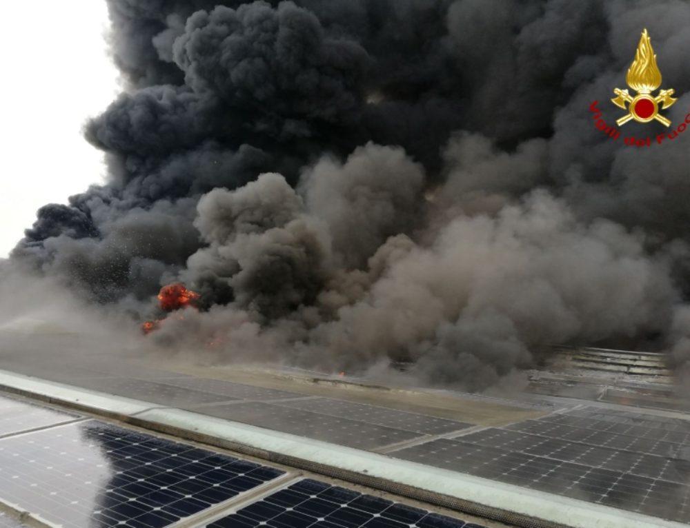 Limena, incendio all'impianto fotovoltaico di un'azienda